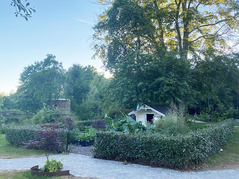 Ferieprosjekt – ramme inn hagen og bygge rom